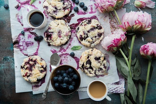 カップケーキとブルーベリーと花